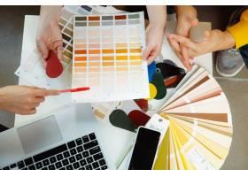 室内设计师和年轻夫妇一起工作可爱的家庭_13342349