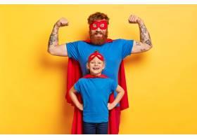 家庭娱乐的概念快乐强壮的父亲举起双臂_12350334