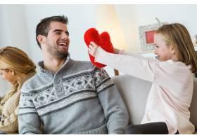 小女孩给她父亲看红鞋_974997