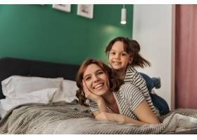 小妇人和她的母亲躺在床上一边大笑一边_12677768