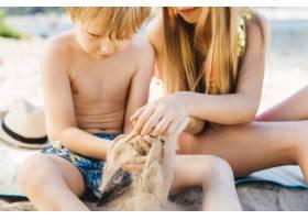 小孩子们在海滩上玩耍_4936785