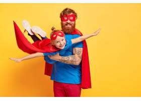 小孩子扮演超级英雄在父亲的手中假装飞_12349995