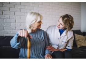 带护士的养老院概念_2014484
