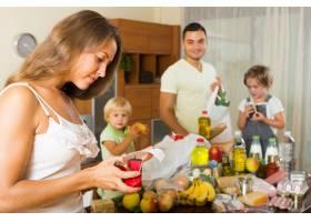 带着一袋袋食物的贫困家庭_1631475