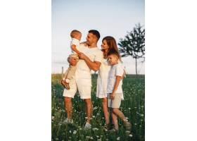 带着可爱小孩的一家人父亲穿着白色T恤_10884449