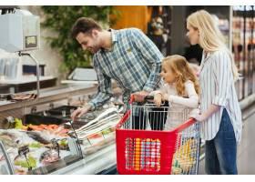 带着孩子买食物的幸福家庭_6729823