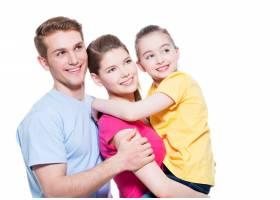 带着孩子的幸福年轻家庭的肖像穿着五颜六_11961839