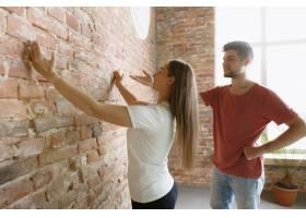 年轻夫妇自己一起做公寓修缮已婚男女正在_12701199