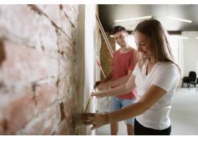年轻夫妇自己一起做公寓修缮已婚男女正在_12701206
