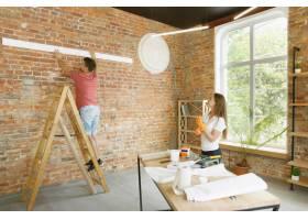 年轻夫妇自己一起做公寓修缮已婚男女正在_12701215