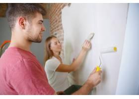年轻夫妇自己一起做公寓修缮已婚男人和女_10708310