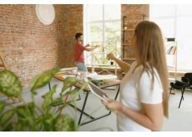 年轻夫妇自己一起做公寓修缮已婚男人和女_13457373