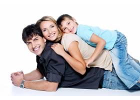 年轻幸福的家庭带着孩子在空白处摆姿势_10880908
