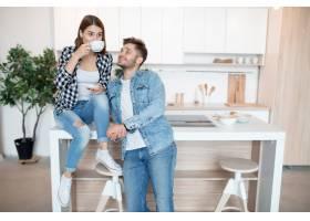 年轻快乐的男人和女人在厨房里早餐早上_9629594