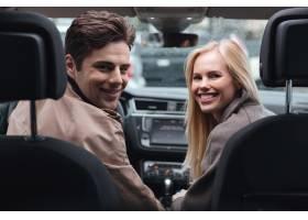 年轻恩爱的情侣坐在车里回首往事_6873808