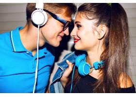 年轻欢快的情侣在一起疯狂情绪滑稽的面孔_9856005