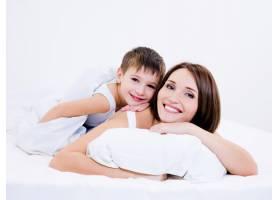 年轻漂亮的母子俩一起躺在床上_10879409