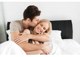 年轻漂亮的男人亲吻和拥抱他幸福的妻子_6819614