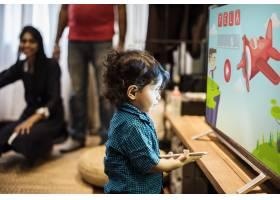年轻的印度男孩在看电视_2975956
