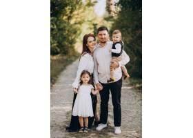 年轻的家庭带着孩子一起在森林里_10703803