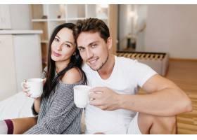 周日早上灵感迸发的高加索男子与女性朋友_10786203