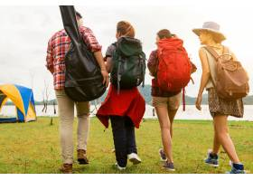周末暑期步行到湖边户外露营徒步旅行的家庭_1253625