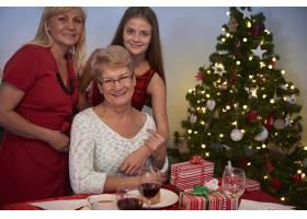 圣诞树旁的三个女人_12114262