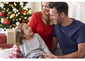 圣诞节与家人在一起的快乐女孩_11725818