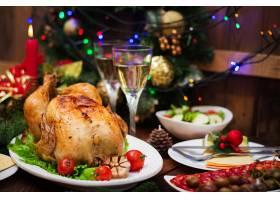 圣诞餐桌上有一只火鸡上面装饰着鲜艳的金_7537146