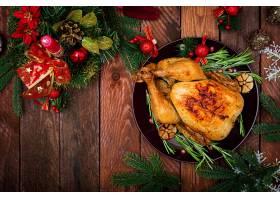 圣诞餐桌上有一只火鸡用鲜艳的金属片和蜡_7537365