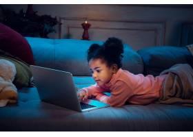 在与笔记本电脑和家用设备进行视频通话时_11032780