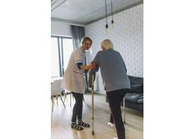 在养老院与护士同行的妇女_2014248