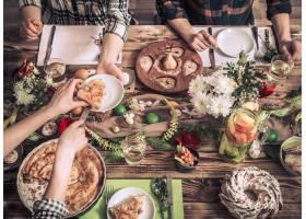 在节日餐桌上为朋友或家人举行的家庭庆典_9434625