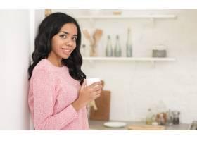 坐在家里边看边喝咖啡的女人_6354528