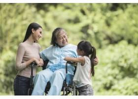 坐在轮椅上的快乐奶奶带着她的女儿和孙子在_2888822