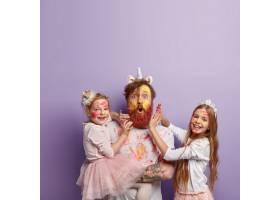 垂直拍摄的红发男子戴着独角兽的号角和两_11578975