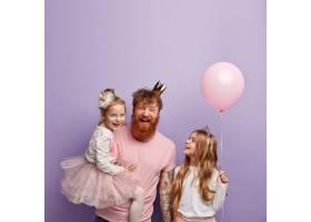 垂直拍摄过度感人欢乐的单身爸爸和两个女儿_11489039