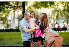 城市里带着购物袋的家庭_4587351
