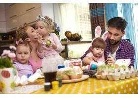复活节前的父母和三个女孩_11353411