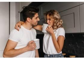 女孩调皮地抚摸着丈夫喝着咖啡浪漫情侣_12152779