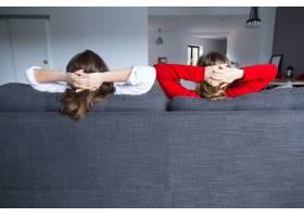 女室友在沙发上放松的背影_4167036