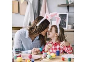 复活节彩蛋时小女孩和妈妈摸鼻子_3831186