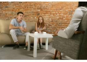 夫妻接受心理治疗或婚姻咨询心理学家咨_13457425