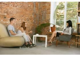 夫妻接受心理治疗或婚姻咨询心理学家咨_13457437