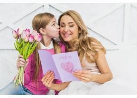 女儿用贺卡亲吻母亲_4029966