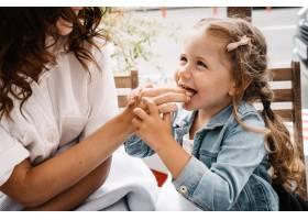 妈妈和女儿在户外咖啡馆吃薯条免费照片_13412816