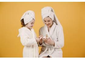妈妈带着女儿穿着白色浴袍的女孩妈妈教_13552295