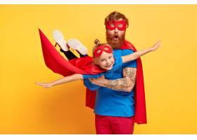 姜氏父女身着超级英雄服装的形象_12349997