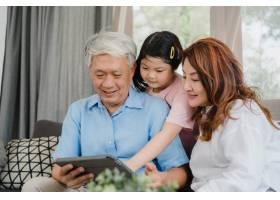 亚洲祖父母和孙女在家使用平板电脑年长的_5820798