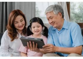 亚洲祖父母和孙女在家视频通话年长的中国_5820802